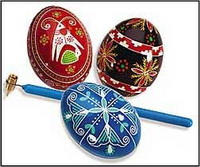Šarena uskršnja jaja obojena biljčicama i voćem Plavojaje